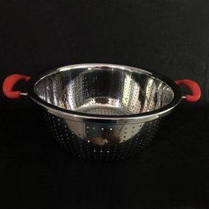 Colador en acero inoxidable con manijas de silicona de 28cm